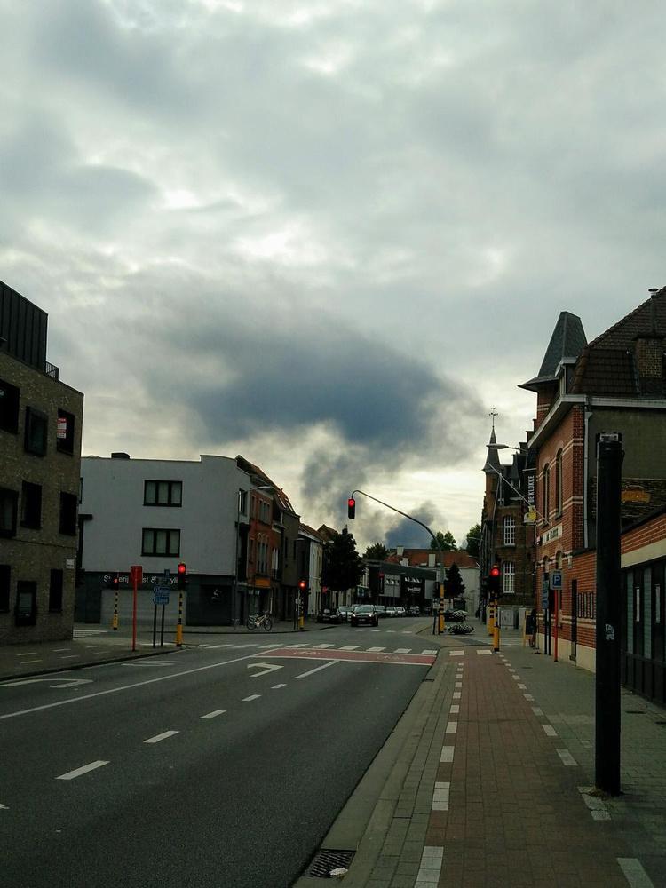 Ook vanuit Kortrijk is de rookpluim van de brand in Gullegem te zien.