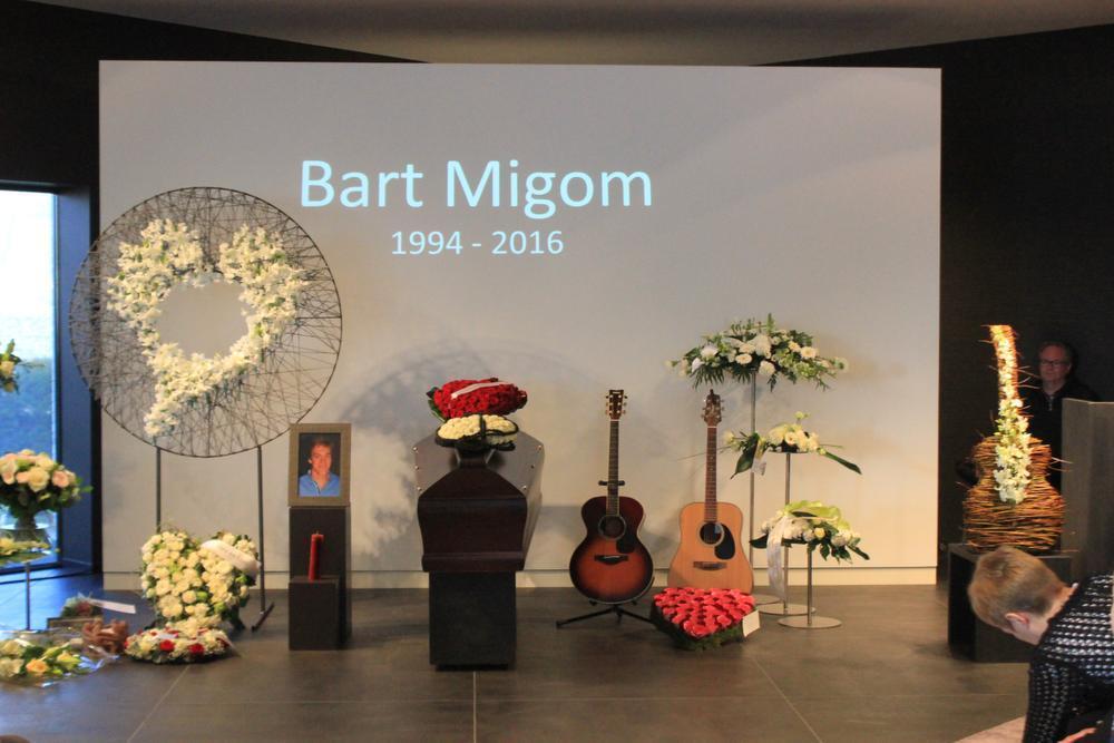 Bart hield van gitaar spelen, zijn gitaren stonden dan ook bij de kist samen met een 20-tal bloemstukken.