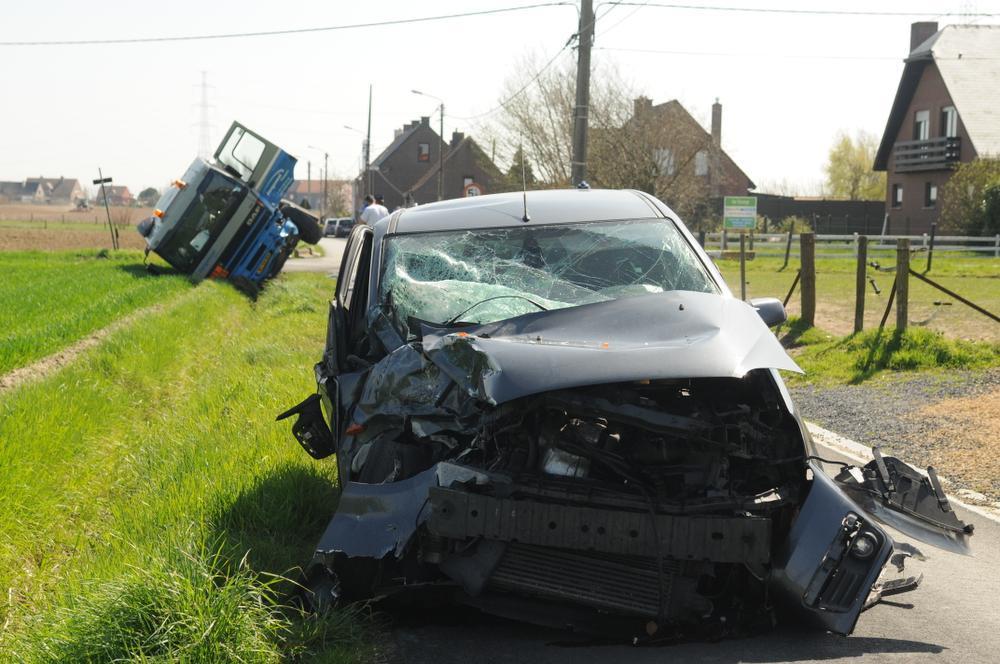 De personenwagen kwam hard in aanraking met de tankwagen.