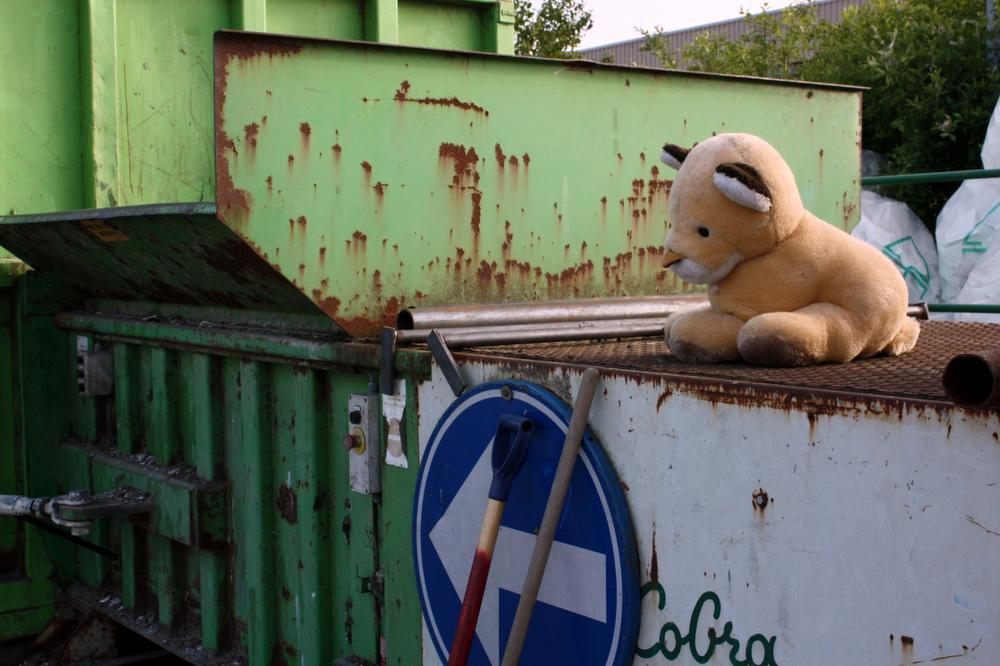 Ons leeuwtje op het huidige containerpark in Hooglede volgt straks de verkeerspijl die wijst naar de oude steenbakkerij, waar een definitief recyclagepark komt.