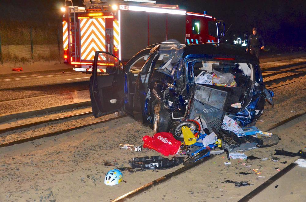 Enorme ravage na zwaar ongeval met drie wagens langs kustbaan