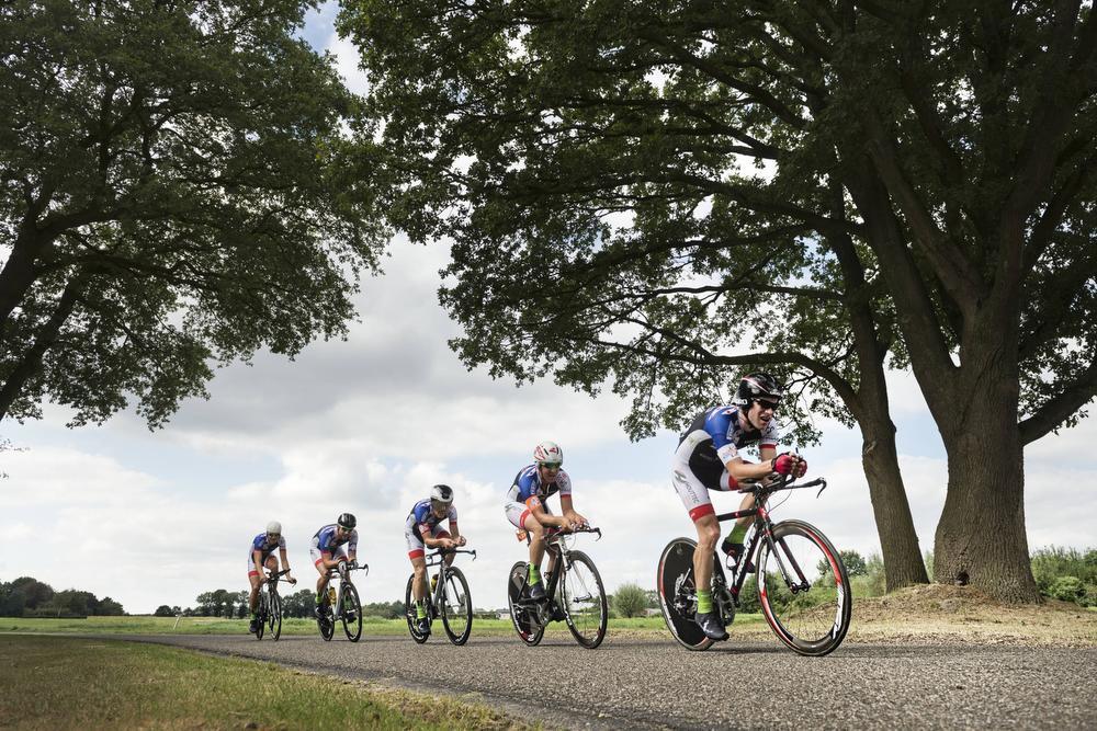 Na elke 20 kilometer sluit een renner aan bij het team tijdrijders.