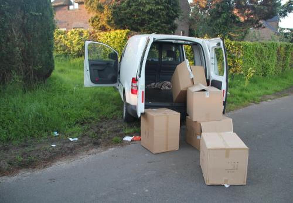 De lege dozen werden ter plaatse achtergelaten.