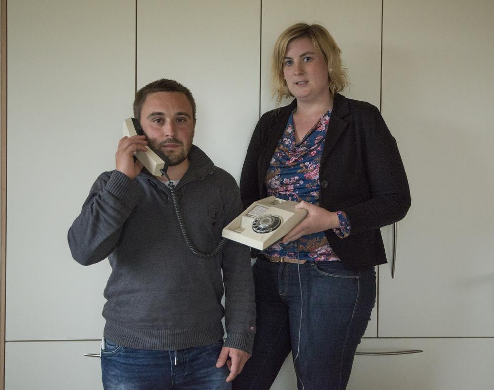 Abelenaar Jeroen Verdonck, opgegroeid met de gsm, moest een vaste lijn installeren om thuis bereikbaar te zijn. Els Sticker heeft dan weer amper iets aan haar gsm in het centrum van Krombeke.