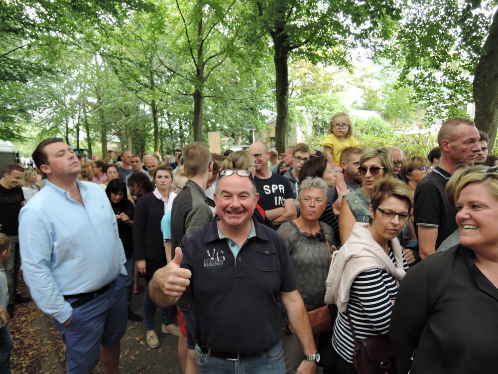 In de Hogedreef stond algauw een hele rij mensen die moesten wachten tot het terrein weer opengesteld werd.
