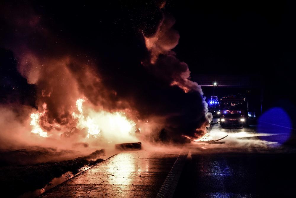 Vrachtwagen vol banden vat vuur en zorgt voor vlammenzee op E403