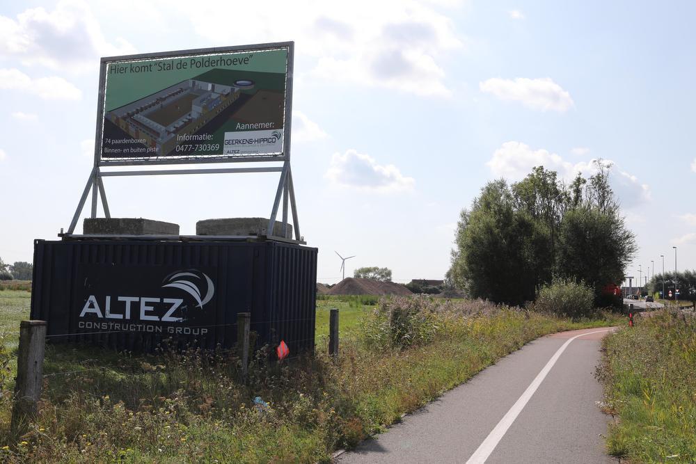 Het paardenpension wordt opgetrokken nabij de Snaaskerkebrug ter hoogte van het kanaal van Plassendale in Oudenburg.