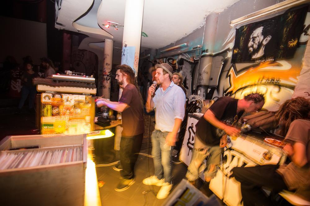 Zaterdagavond werd afgesloten met een heuse Reggae/Dub night. Volgende week vrijdag vind het eerste feestje al plaats op de nieuwe locatie onder de naam Funk Them Friday.