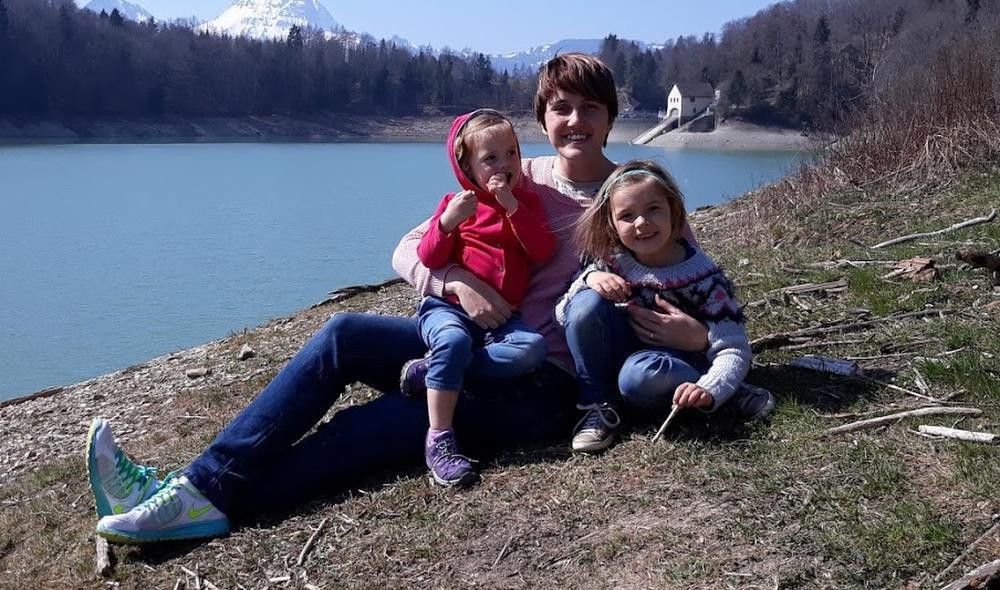De vrouw van Jan met hun twee kinderen.