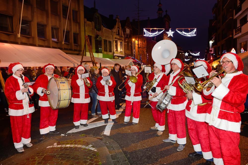 Kerstmannen zorgden in de Zuidstraat voor muzikale sfeer. (Foto SB)