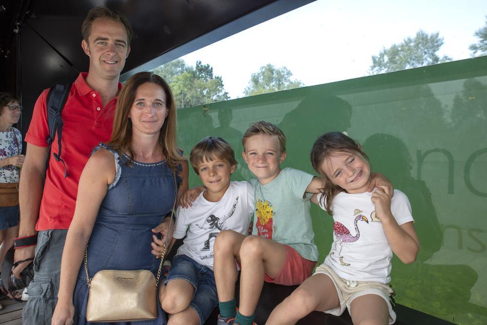 Gregory Vanassche en Karen Vandendriessche uit Gullegem waren met de kinderen Arnaud (10), Henri (8) en Juliette (5) op ontdekkingstoch in de educatieve zone. Hier poseren ze bij de kijkwand waar je van onder de waterspiegel in de vijverbodem kan kijken.