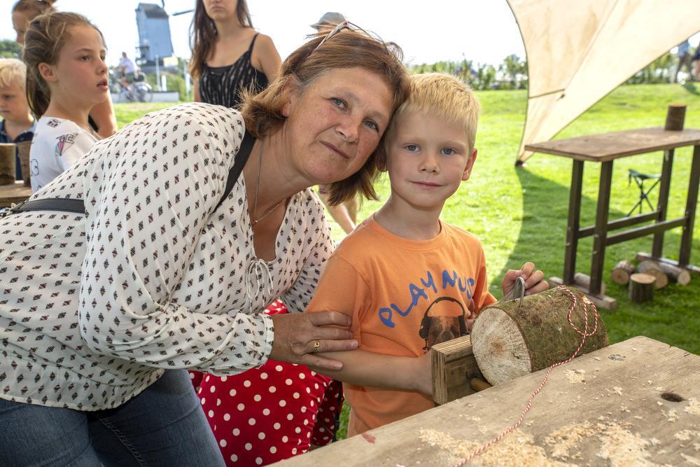 Mieke Knockaert en Maxim Vanhoutte (5) uit Harelbeke maken een bijenhotel.
