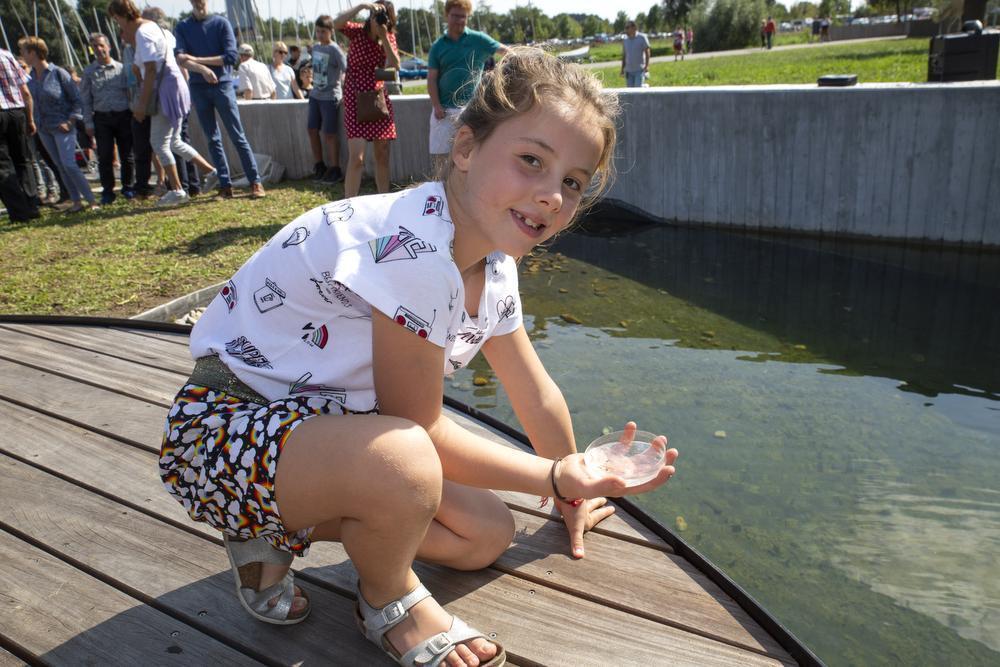 Anna Demey uit Roeselare kon de nieuwe vijver voorzien van nieuw leven.