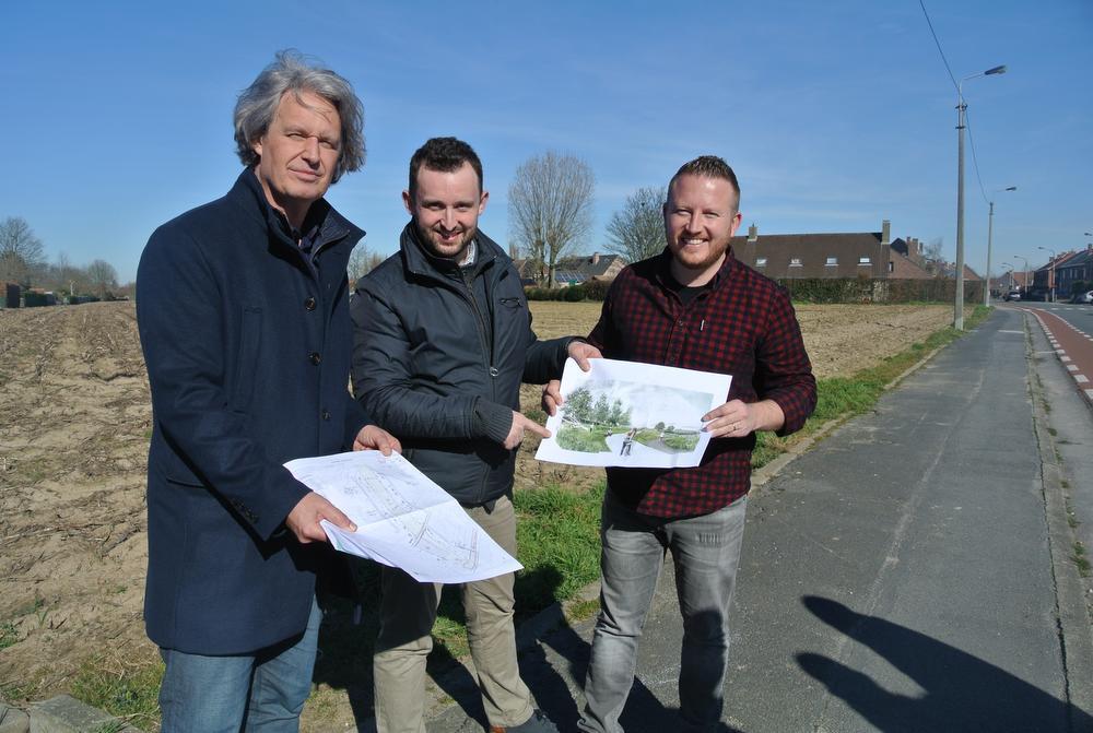 Schepenen Maddens, Herrewyn en Weydts kwamen de plannen voor een groencorridor ter plaatse toelichten.