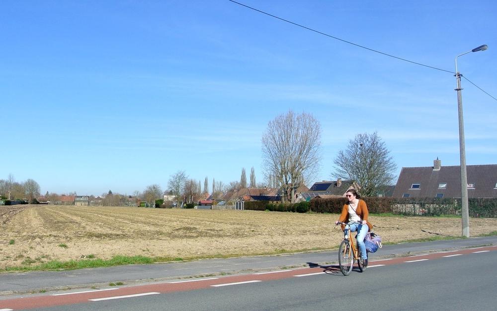 De huidige situatie van de strook langs de Bozestraat waar de (geschrapte) gewestweg N50c voorzien was.