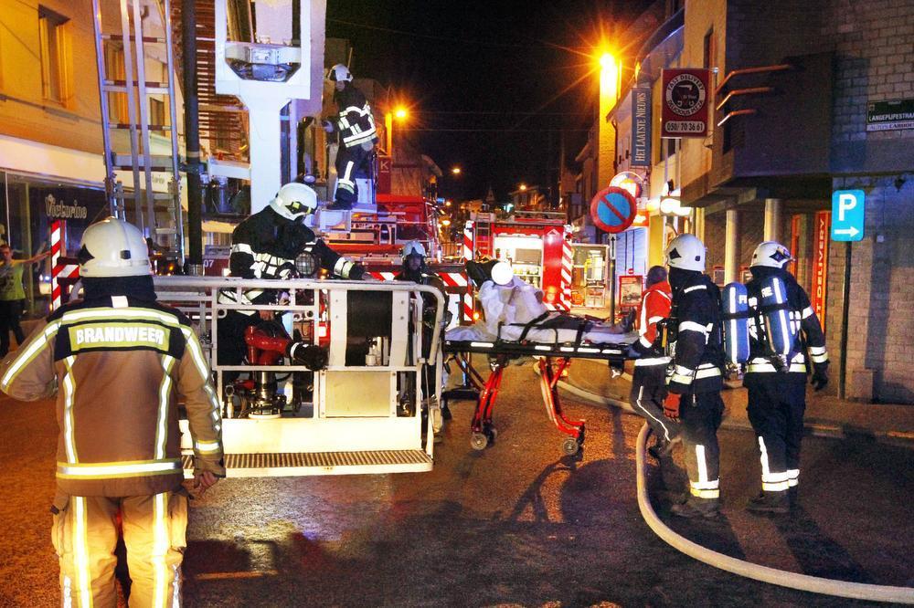 De bewoonster werd door de rook bevangen en diende naar het ziekenhuis gebracht te worden.