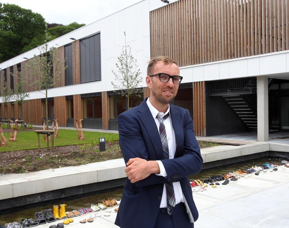 Algemeen directeur Stijn Staes bij de nieuwbouw.