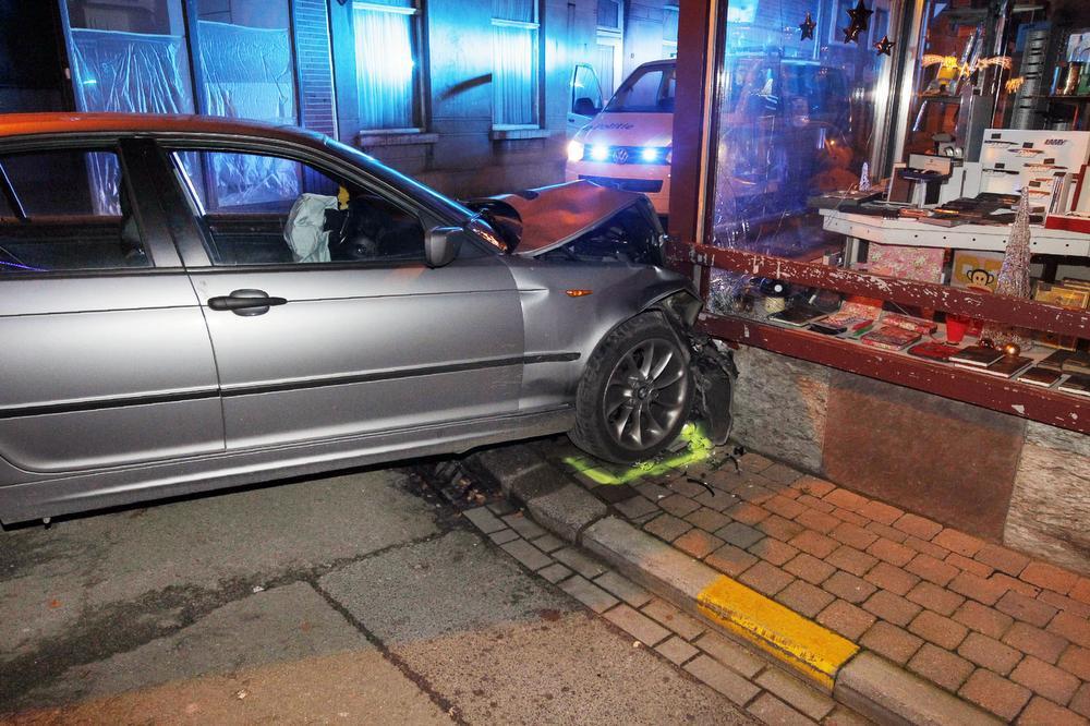 De schade aan de auto en het winkelpand was aanzienlijk.