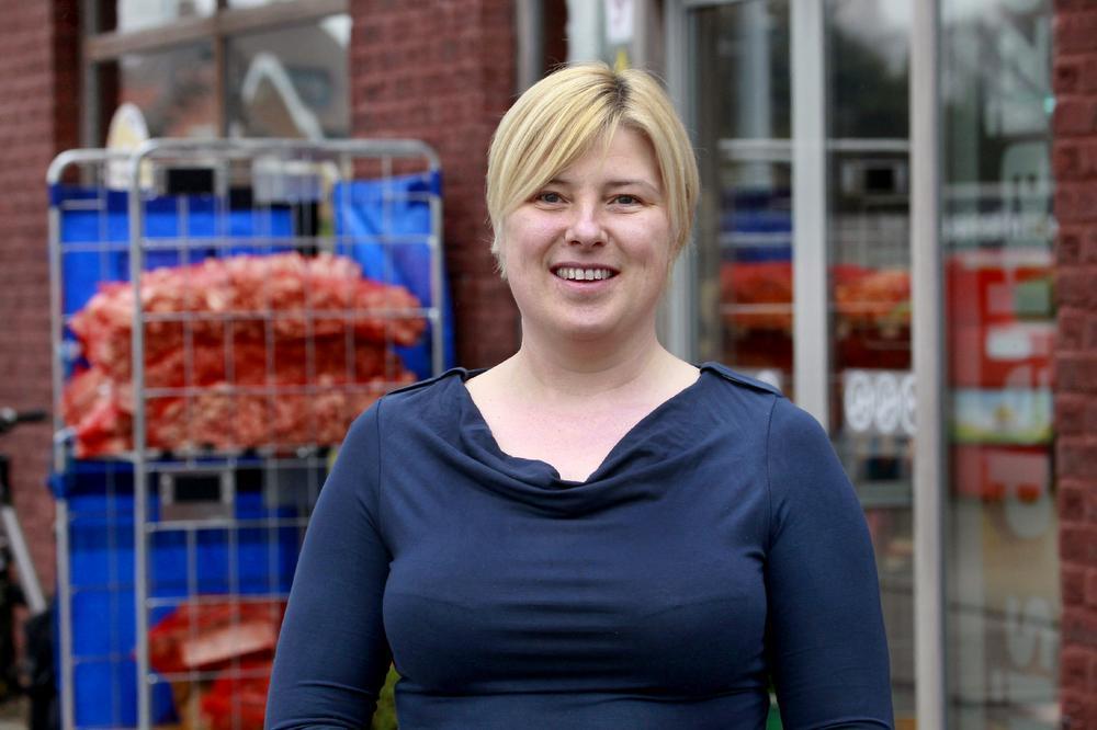 Gemeenteraadslid Eva Maes bij haar buurtwinkel Het Rondpunt in de Bruggestraat: (Foto JS)