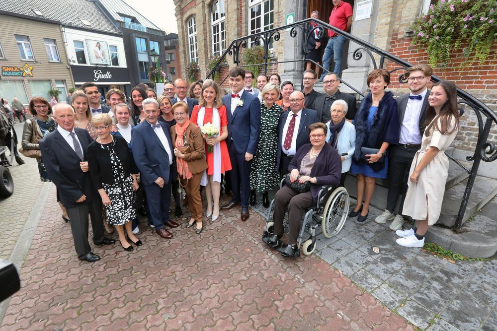 De grote groep familie en vrienden samen met het jonge paar net vóór het huwelijk in het oud-stadhuis van Torhout.