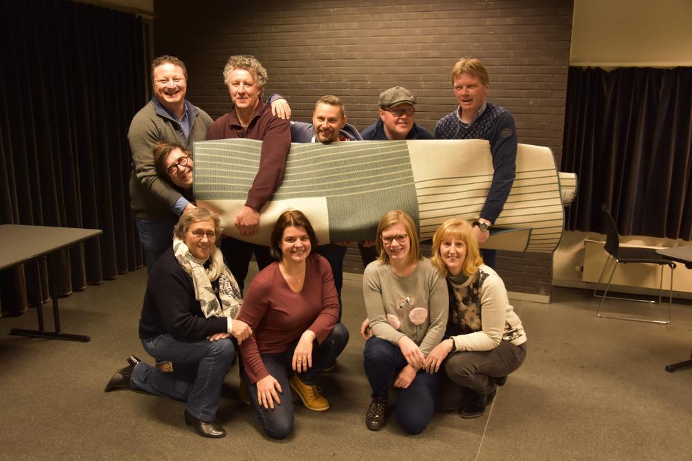 Het Tielts Volkstoneel is er klaar voor. Voor de foto liet regisseur Danny Verlinden zich in het tapijt wikkelen.