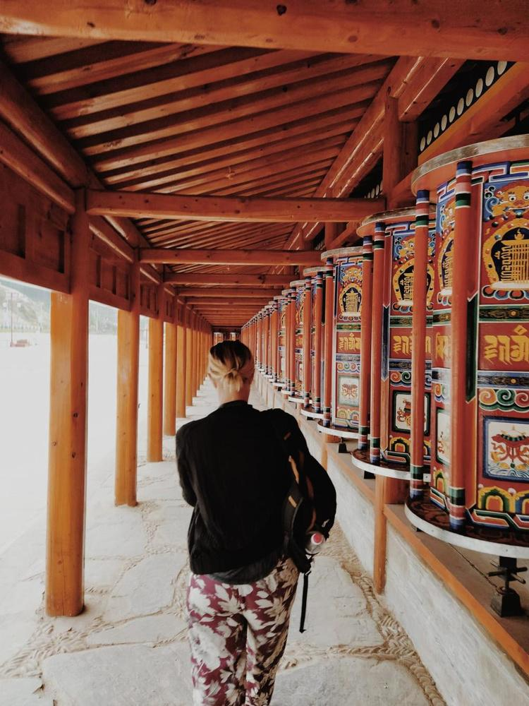 wandelend in Monastery van Labrang