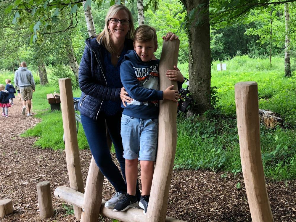 Vicky Vandycke en Jente Vermeulen uit Wingene ontdekken het nieuwe speelparcours.