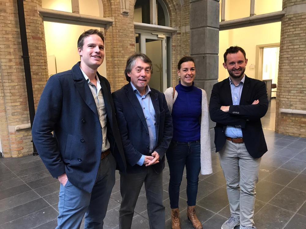 GAIA-voorzitter Michel Vandenbosch (tweede van links), omringd door de dierenartsen die Sprotje er bovenop hielpen.