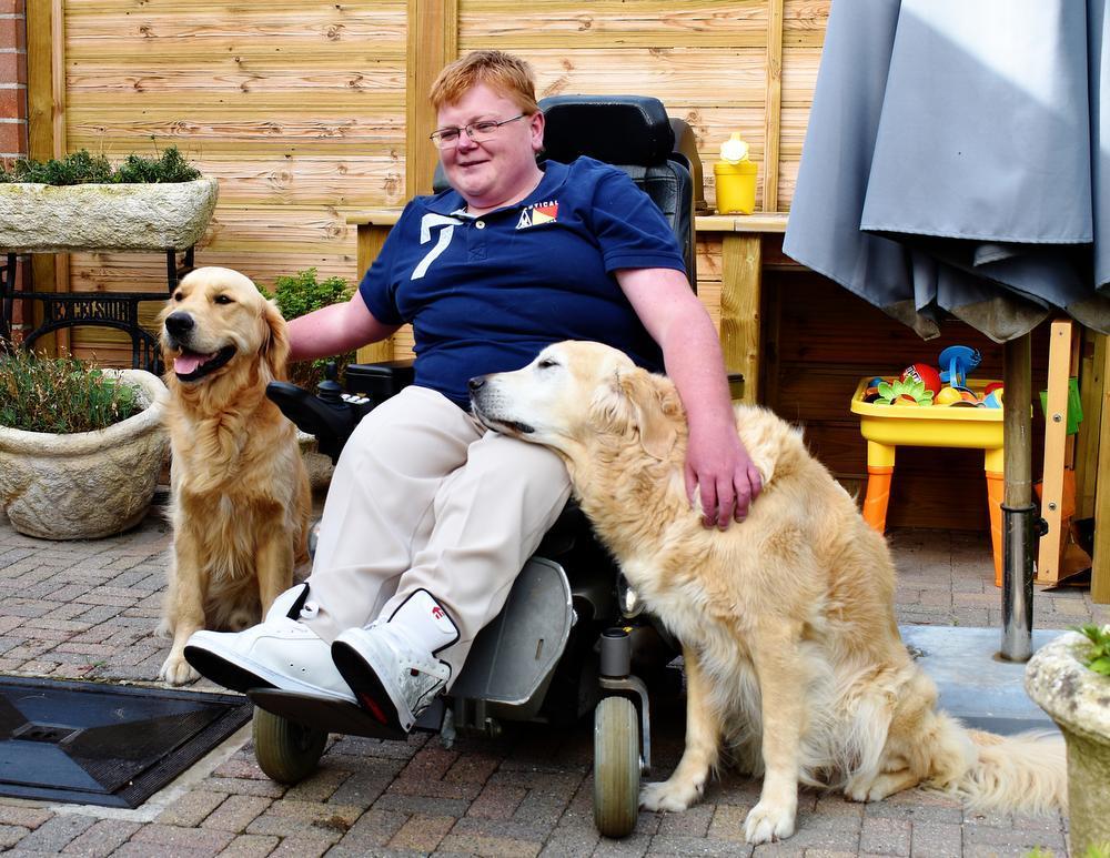 VIDEO Ervaringsdeskundige Jelle uit Menen leidt zelf hulphonden op