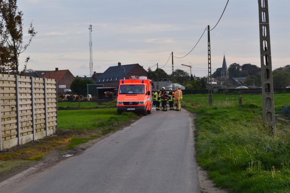 De brandweer snelde ter hulp om de vrouw te bevrijden.