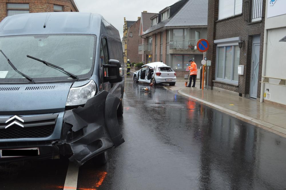 Bestuurder gewond na spectaculair ongeval in centrum Pittem