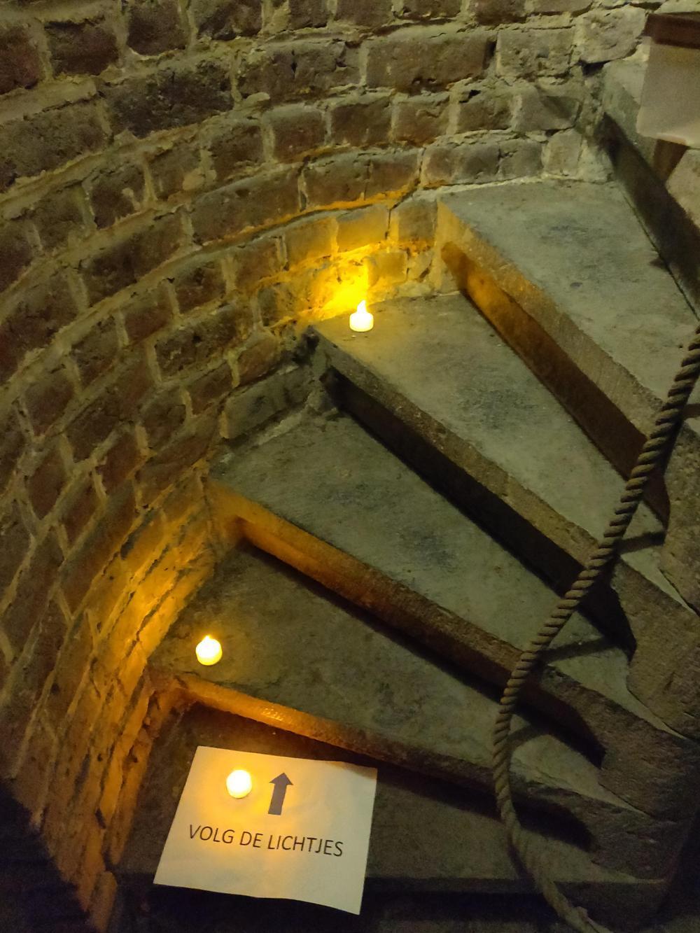 Sven had ook de weg naar de kerktoren romantisch gemaakt met ledkaarsjes.