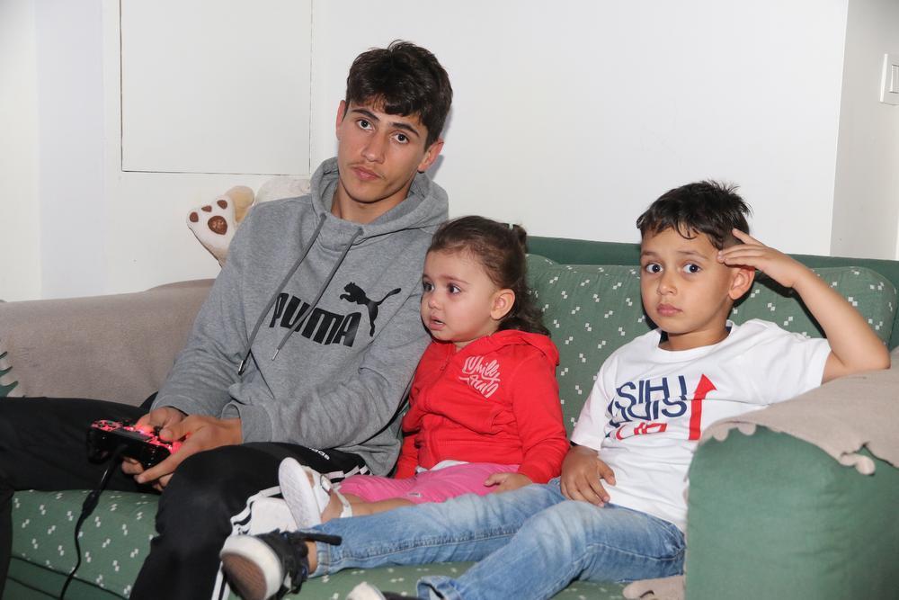 Farshad Ahmadi met zijn broer en zusje.