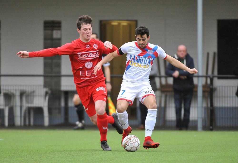 Lennart Sampers hier afgelopen weekend in duel met Gregory Mahau van SK Londerzeel. Die laatste - een Kortrijkzaan overigens - zou de gelijkmaker scoren waardoor FC Gullegem op een gelijkspel bleef steken.