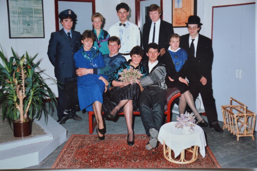 Foto uit 1986 van 'De Bekoring' met achteraan v.l.n.r. Danny Bossuyt (huidig schepen), Annick Verbrugghe, Piet Baekelandt en regisseur Luc Bouckhuyt. Vooraan poseren v.l.n.r. Mieke De Brabant, Koen Demyttenaere, Kathleen Seys (huidig schepen), Rudi Vroman, Greet Vanhove en Chris Devriese.