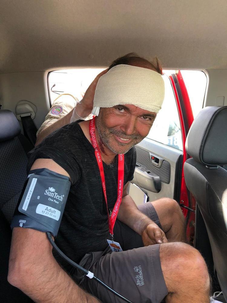 Oostduinkerkenaar finisht mythische rally met armbreuk en gescheurd oor na crash