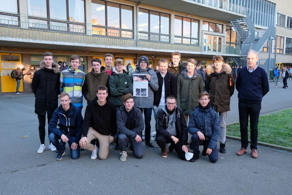 Enkele leerlingen van de klas en de schoolraad, samen met directeur Franky Dorme en Quinten met de zelf ontworpen affiche.