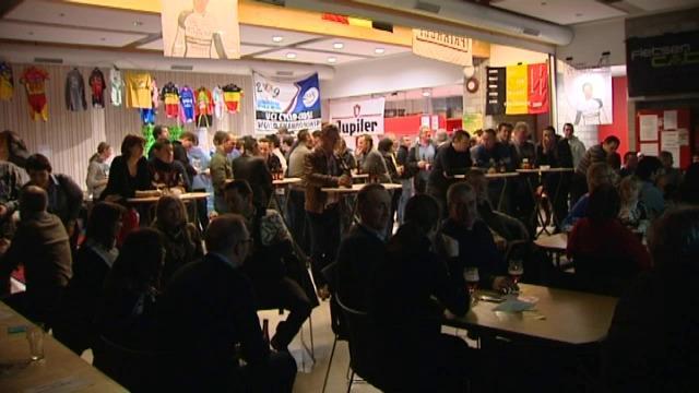 Supportersclub Gianni Vermeersch kijkt samen op groot scherm