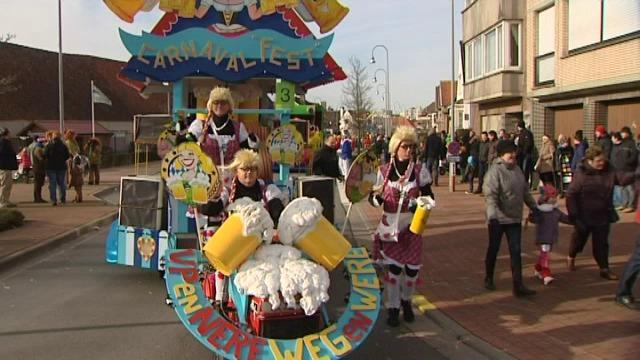 Carnavalist komt onder praalwagen terecht op stoet in Heist