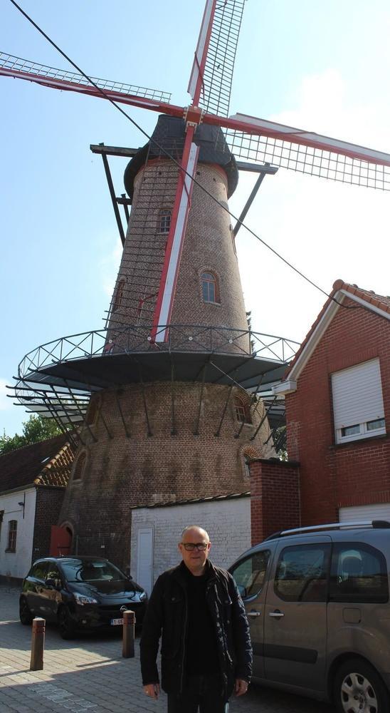 Meester-molenaar Ludwig Vankeirsbilck voor de Goethalsmolen.