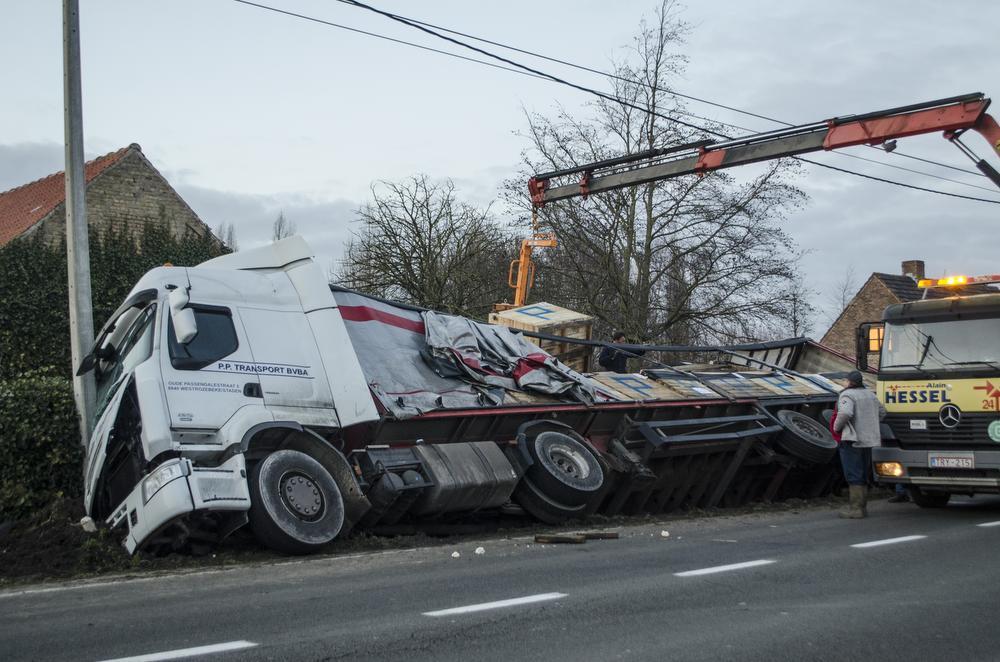 Vrachtwagen vol bloemkolen sukkelt in gracht in Westrozebeke