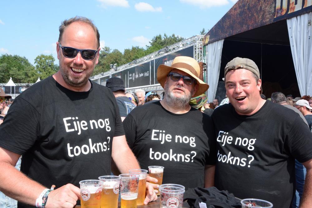 Deze mannen uit Torhout hebben duidelijk dorst. Ze vertelden enthousiast over het optreden van Phil Campbell & The Bastard Sons en hoe ze