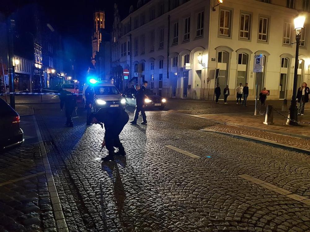 Politiemensen zijn in de Vlamingstraat op zoek naar een 'klein voorwerp', mogelijk een kogel.