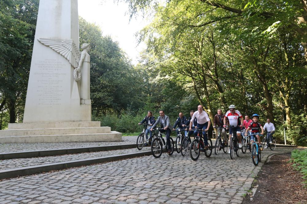 Minister Ben Weyts, de organisatoren van Gent-Wevelgem en andere fietsfanaten bij de Engel op de Kemmelberg.