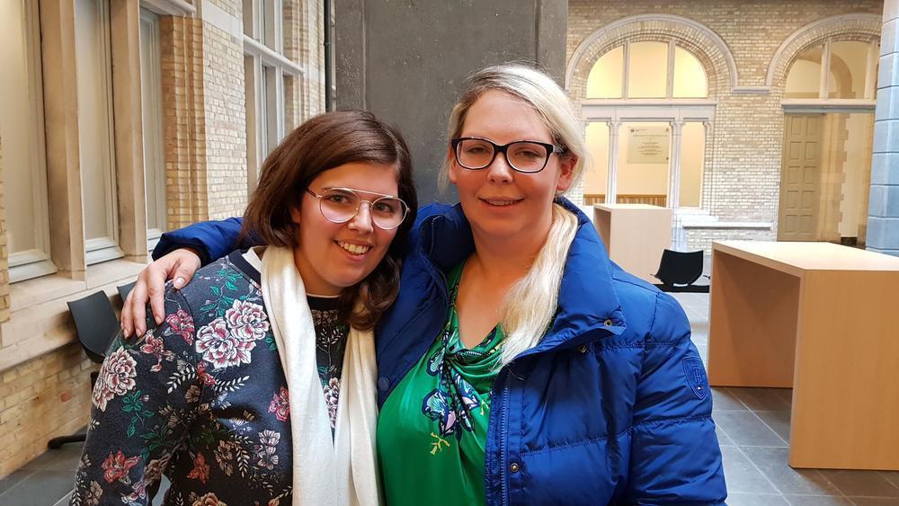 Elien Damen en Inge Demol vinden steun bij elkaar op de rechtbank.