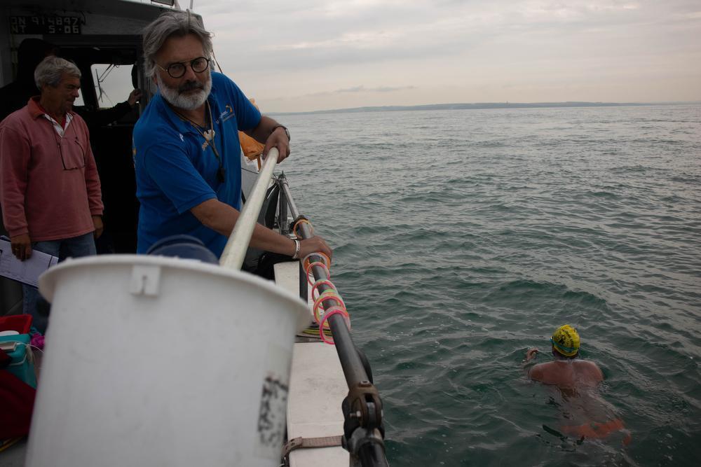 V.l.n.r.: de CSA observer Keith Oiler, Begeleider Danny Ravau en Zwemmer Matthieu Bonne.