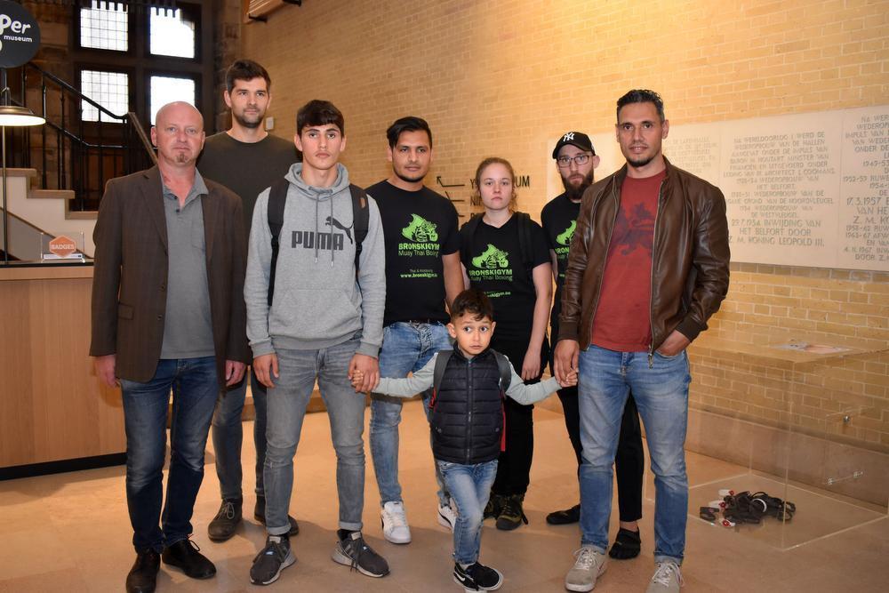 De familie Ahmadi met directeur Peter Vanthuyne na het bezoek in het stadhuis.