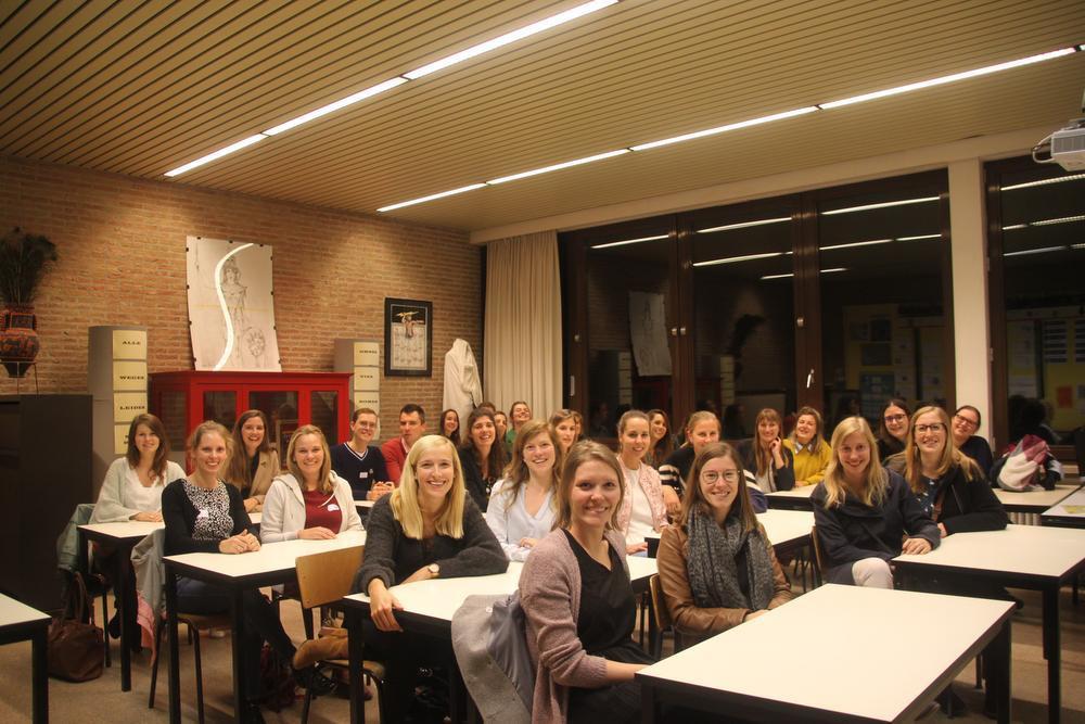 De lichting Latinisten uit 2009 verzamelt tijdens de oud-leerlingenavond in het vaklokaal voor klassieke talen.
