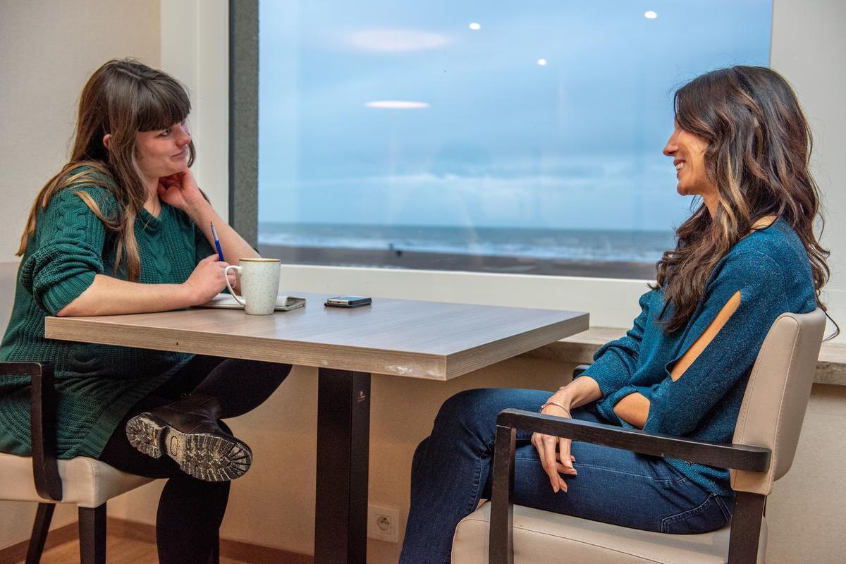 Onze zwangere journaliste Gillian in gesprek met Sandra.
