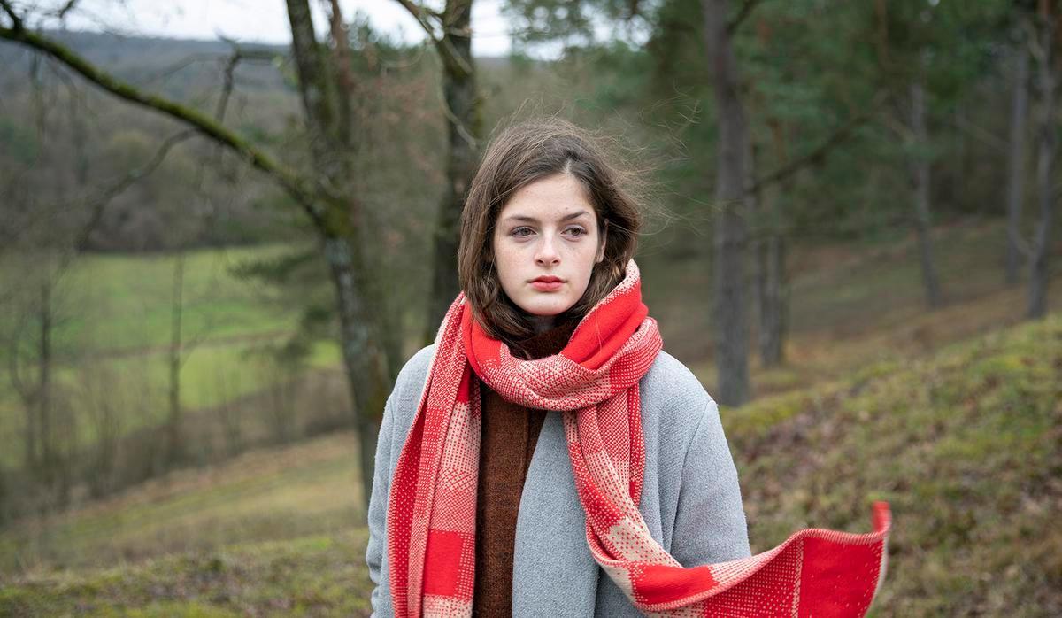 Lieux de mémoire, zo luidt de naam van de wintercollectie van Wolvis. Elke creatie is gelinkt aan een herinnering van Griet Depoorter, de ontwerpster achter het label. De sjaals zijn van merinoswol en worden in België gemaakt. Dit model is 220 cm lang en 40 cm breed, ideaal om in te schuilen.